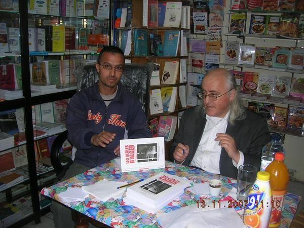 Mohamed Benchicou, écrivain journaliste algérien qui a payé un lourd tribut pour son engagement pour la liberté d'expression. Ce livre raconte l'enfer qu'il a vécu en prison.