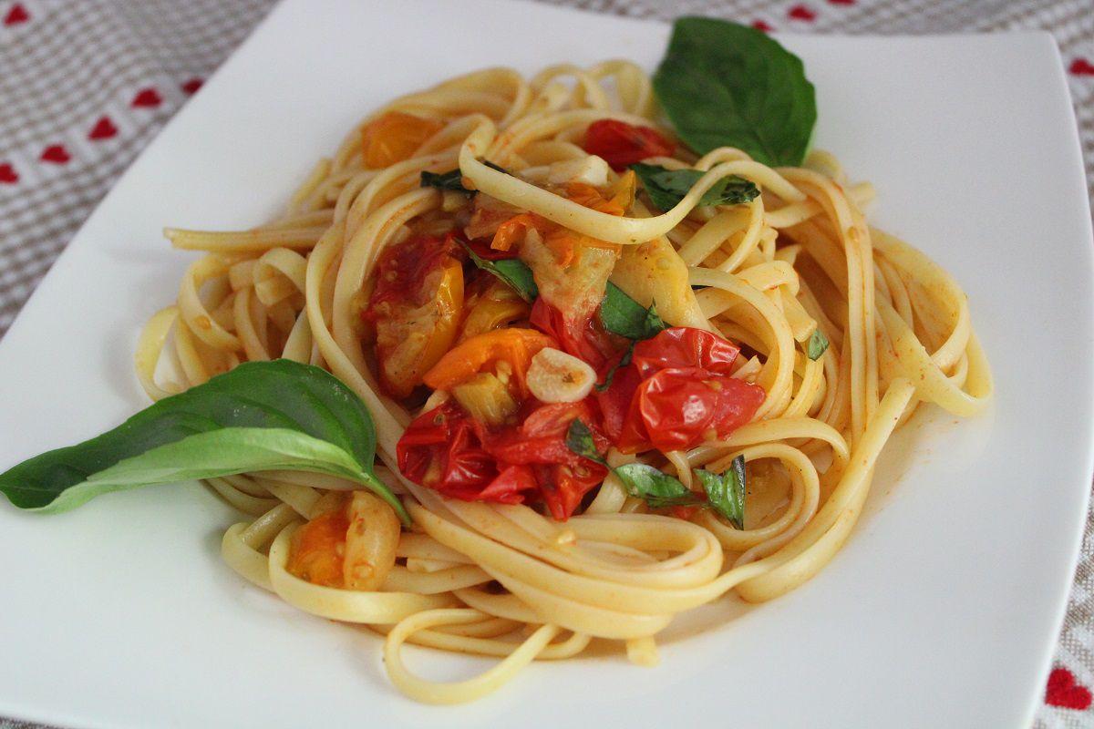 Linguine aux tomates cerise et au basilic