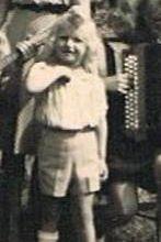 Le petit garçon blond sur la photo