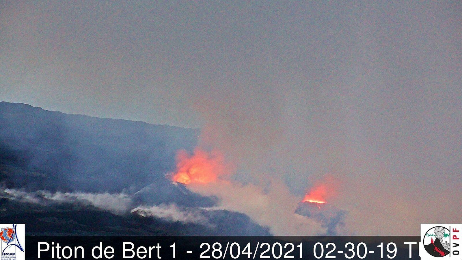 Piton de La Fournaise - deux cônes éruptifs actifs le 28.04.2021 / 02h30 TU - local 06h30 -  webcam Piton de Bert  -  IRT-OVPF-IPGP - un clic pour agrandir
