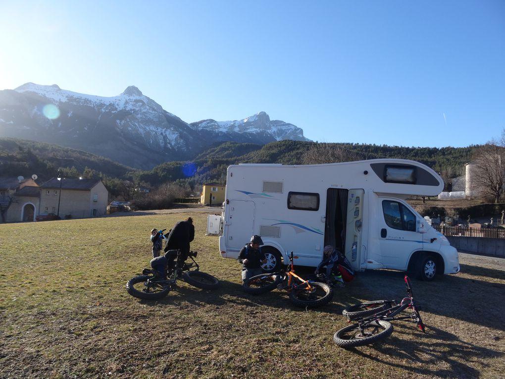 Nos compagnons de route pour nos sorties : VITO (camionnette aménagée) et VITO 2 (camping-car)...
