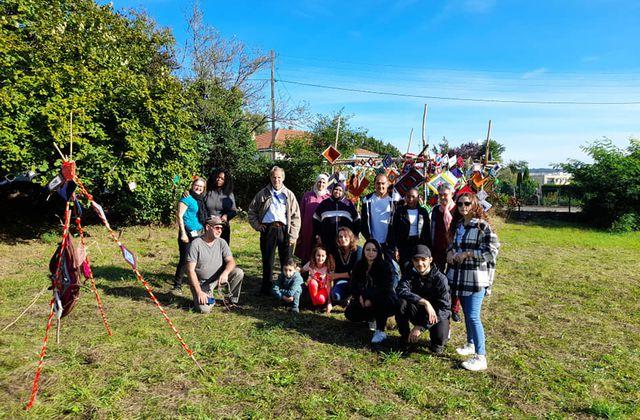 Fête de quartier : installation de la création artistique au jardin partagé