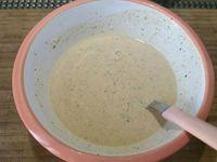 2 - Préparer une pâte en versant la farine dans un bol, y ajouter l'ail pressé après l'avoir épluché et dégermé. Incorporer toutes les herbes hachées et épices suivant vos goûts (pour exemple 1 cuil. à soupe de chaque), assaisonner avec sel et poivre, mélanger le tout. Incorporer ensuite petit à petit l'eau dans la farine jusqu'à obtenir une pâte de consistance homogène et onctueuse.  Placer les pommes de terre au dessus d'un récipient et les arroser de cette préparation sur tous les côtés y compris l'intérieur à l'aide d'un pinceau si besoin. Les faire frire dans une poêle avec l'huile d'arachide bien chaude (ou dans une friteuse) jusqu'à obtenir des twister fries bien cuites et dorées.