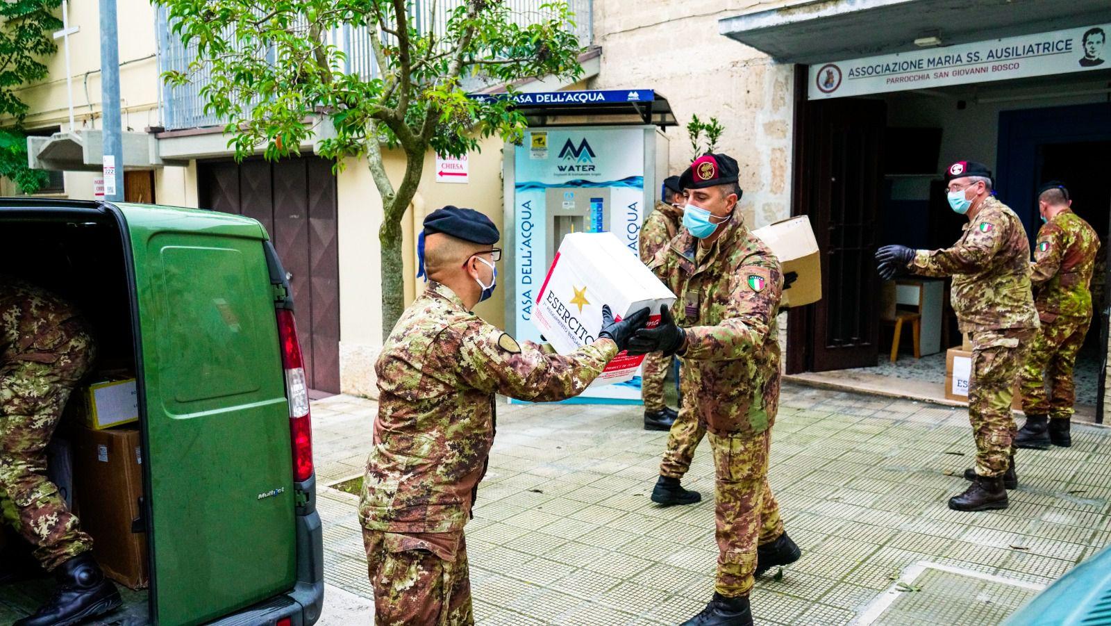 Bari:i Bersaglieri del 7°Reggimento della Brigata Pinerolo donano viveri alle famiglie in difficoltà