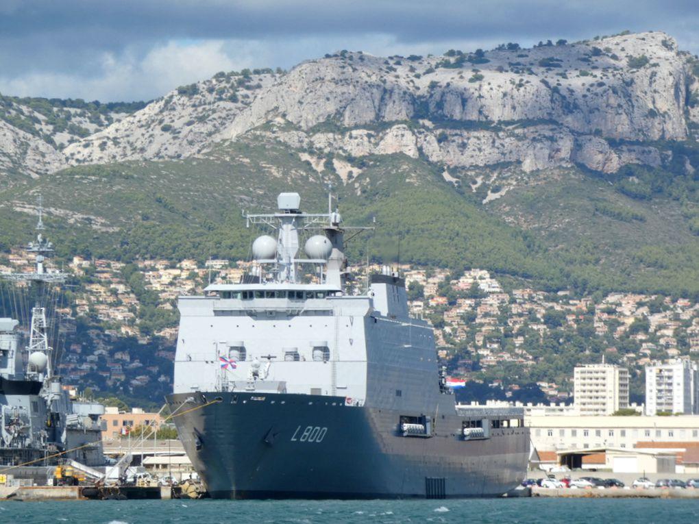 ROTTERDAM , L800 , Navire amphibie de la marine royale néerlandaise a quai dans la base navale de Toulon le 25 septembre 2020