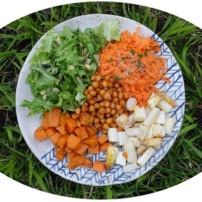 Buddha bowl aux pois chiches épicés, crudités, asperges & patates douces rôties - IG Bas
