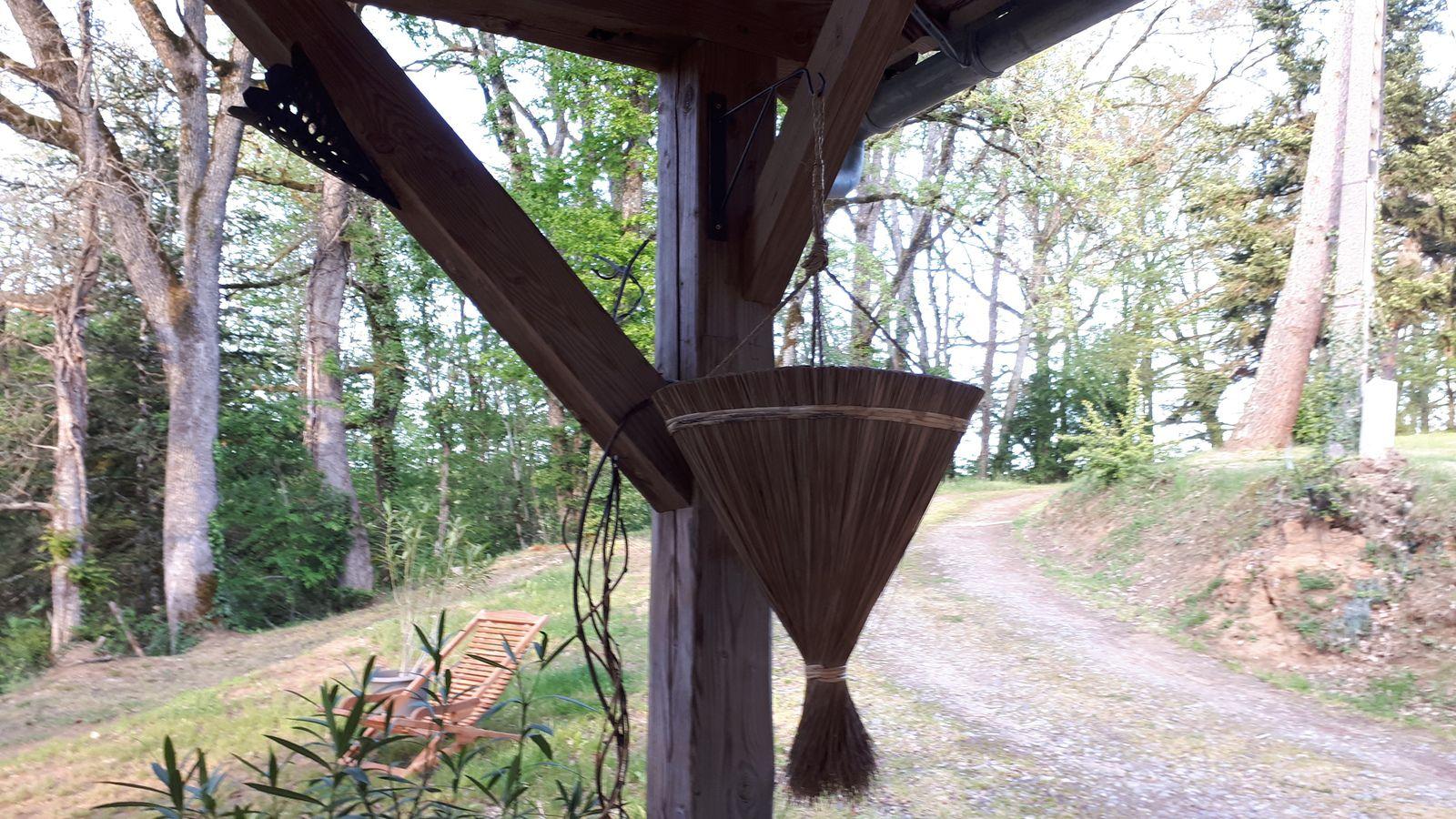 déco sur terrasse couverte de gîte en Aveyron