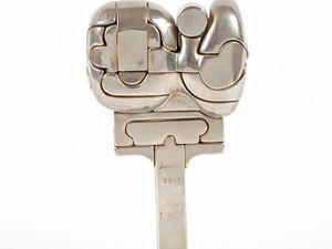 """Miguel BERROCAL (1933-2006) Cristina 1969-70 Sculpture démontable en 25 éléments. 9500 exemplaires fondus à injection en métal nickelé, signés et numérotés de 501 à 10 000. Signée """"Berrocal"""" et numérotée 2943 sur le socle  H: 16.0 x L: 8.0 cm"""