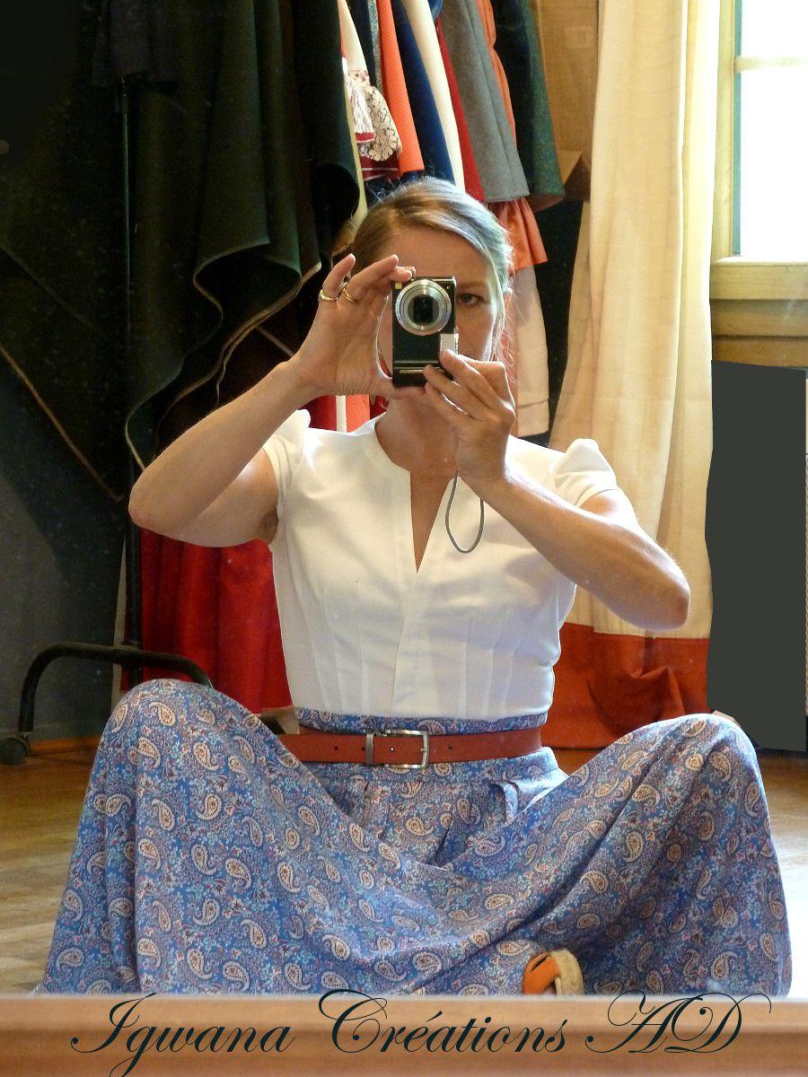 robe de printemps bleu et blanche composé d'un top forme chemisier en crêpe cousu sur une jupe en viscose trapèze ample à 8+8 plis  et ceinture 7cm en forme. réalisable en version jupe uniquement.