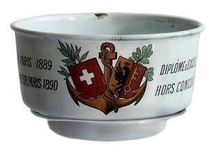 Brouille-absinthe en émail pour la Maison Achin de Genève en Suisse. Coll. privée.
