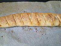 1 - Mettre le four à préchauffer th 6 (180°). Etaler la pâte à pizza, badigeonner de ketchup fort. Répartir les tranches de saucisson et de chorizo sur la pâte. Parsemer de mozzarella râpée. Enrouler la pâte avec sa garniture sur elle-même en forme de baguette. Pratiquer des entailles sur le dessus de la pâte avec un couteau. Badigeonner d'huile d'olive avec un pinceau. Saupoudrer d'origan et de parmesan râpé et mettre au four th 6 (180°) pour 20 à 25 mn environ en surveillant.