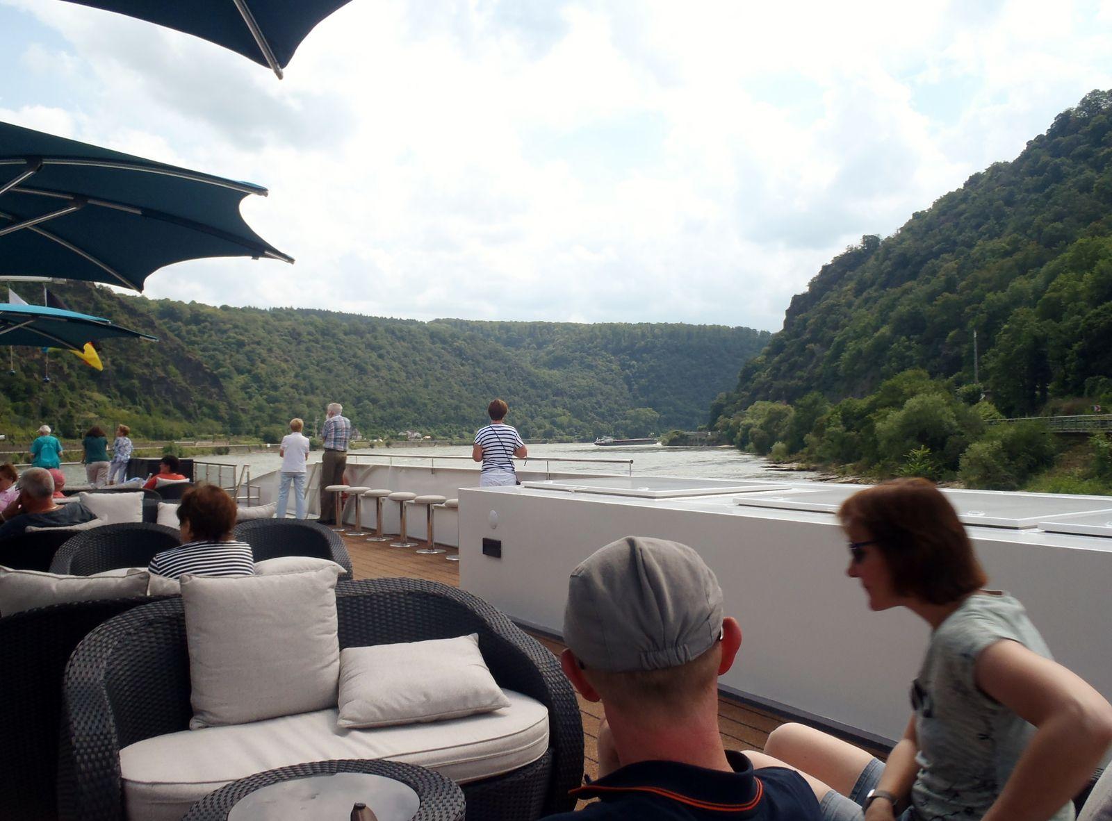 Der Rhein vor und nach dem Loreley-Felsen