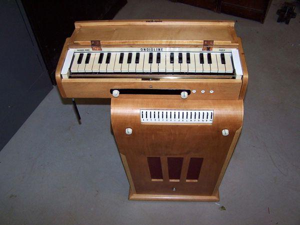 l'ondioline, un instrument de musique électronique inventé par le français georges jenny, un précurseur de l'actuel synthétiseur