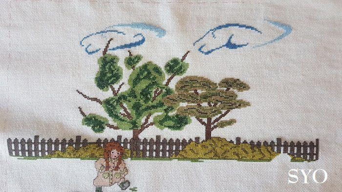 100 Enfants / les grands arbres et nuages brodés