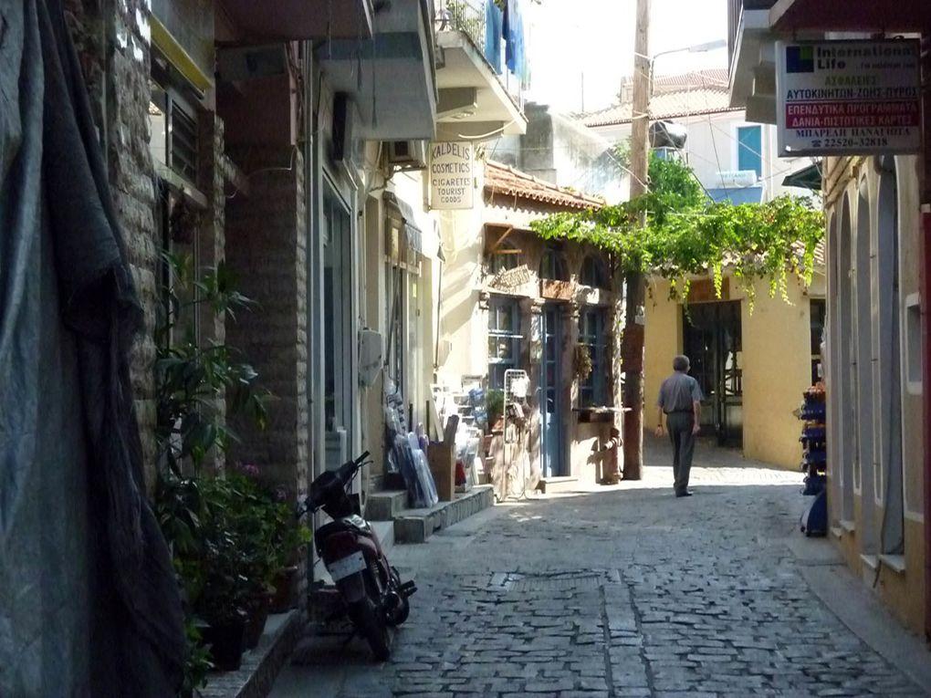 Plomari, au Sud de Lesbos. Architecturalement sans grand intérêt, constructions récentes, certains coins ont un charme fou, la ville est très animée, peu touristique et les habitants très accueillants et chaleureux. Plomari est aussi connue pou
