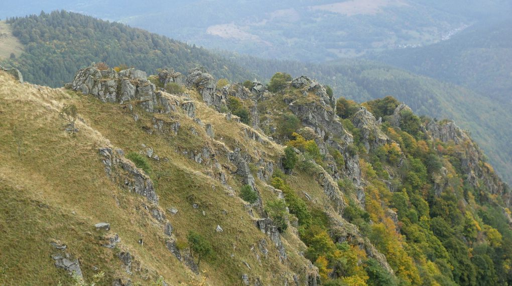 La succession des pics granitiques sur la partie haute, vue depuis le sentier des Névés (09/2015).