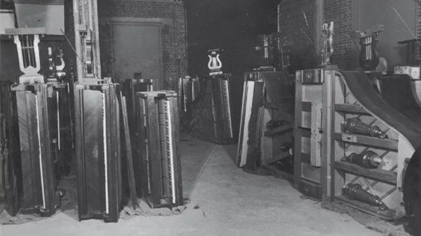 """Les pianos spoliés en attente de retrouver leurs propriétaires, dans les sous-sols du Palais de Tokyo (photo du livre """"Sonderstabd Musik"""" de Willem de Vries), © Willem de Vries"""