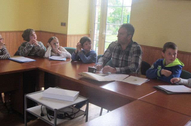 Les élèves de CE1/CE2 dans la salle de réunion de la mairie avec Monsieur Leroy