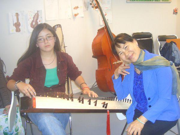 Thi cuối năm lớp đàn Tranh tại nhạc viện Antony ngày 13/6/2007. Sau khi thi, Nguyệt Ánh, Hồng, Tyly, Hạnh đã làm một tí thức ăn để mọi người ăn chung trước khi từ giả nhau đi hè.