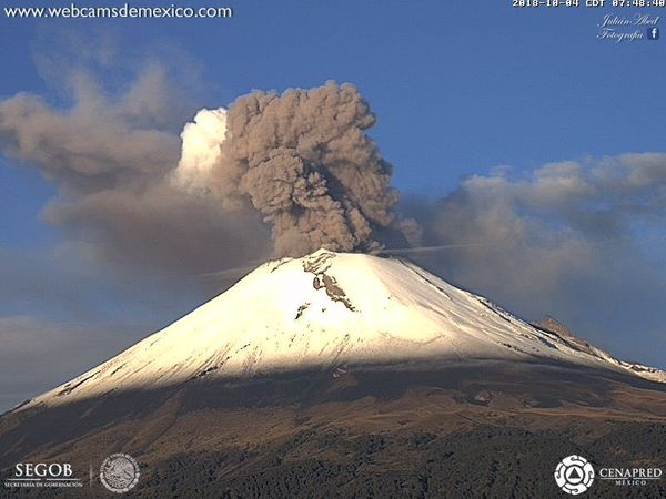 Popocatépetl - 04.10.2018 / 7:37 am and 7:48 am - explosion and plume loaded in ashes - one click to enlarge - webcamsdeMexico