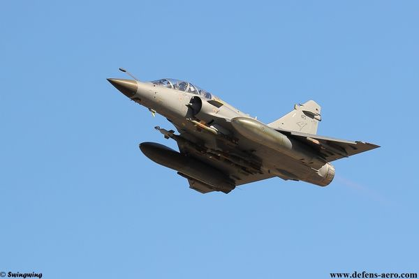 Photo : © Swingwing - Mirage 2000 de la Direction Générale de l'Armement équipé de quatre GBU-12.