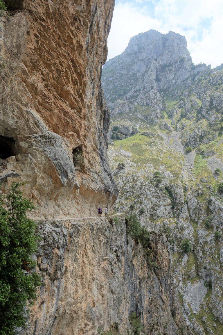 le sentier taillé dans les falaises de près de 2000 mètres de haut, durant 12 km...