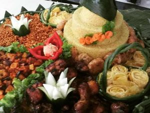 Berkah Catering - Nasi Tumpeng Kuning Surabaya (0811-3169-666)