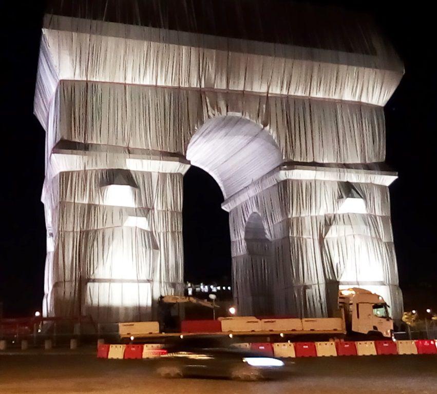 L'Arc de Triomphe emballé par Christo et Jeanne-Claude à Paris en octobre 2021