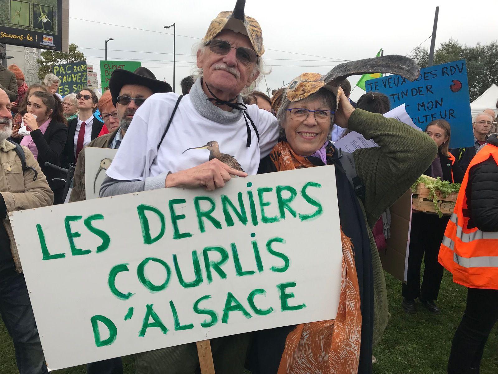 François et Gill Steimer lors d'une manifestation devant le Parlement Européen de Strasbourg pour une PAC plus respectueuse de la Nature. (DR) Cliquez pour agrandir)