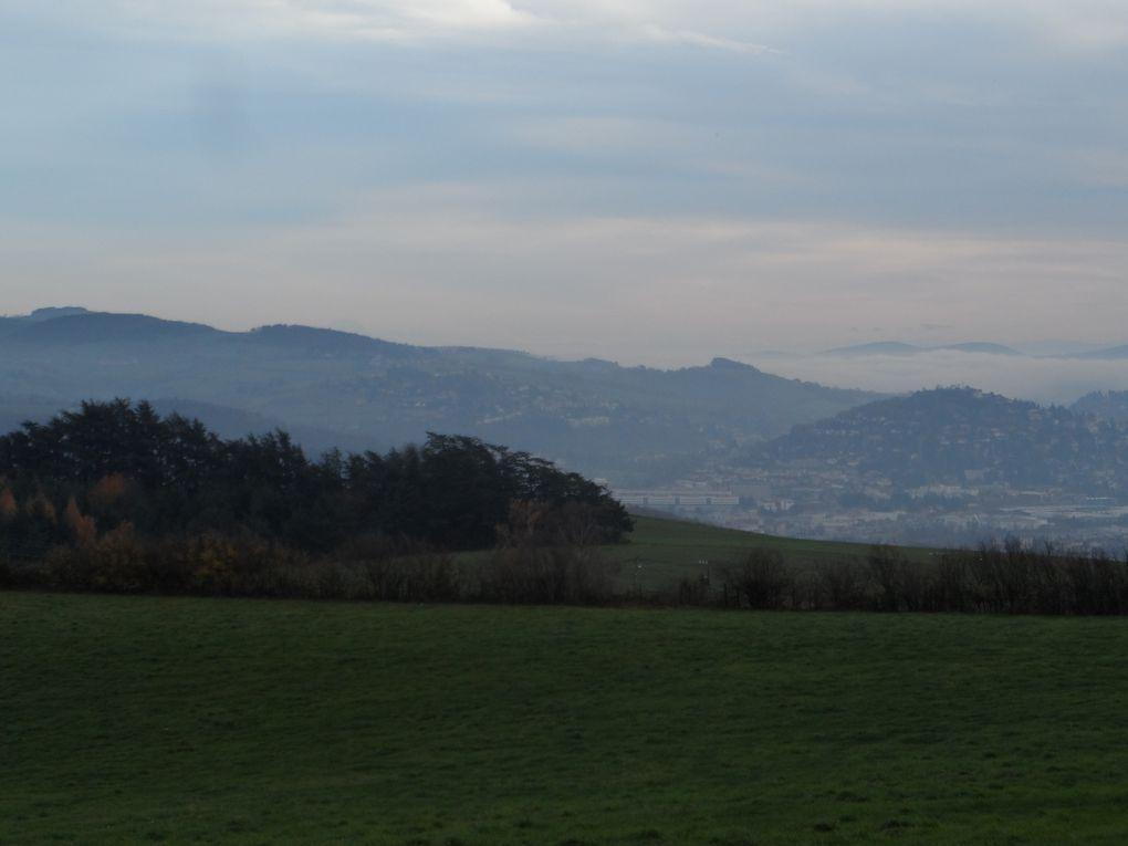 Départ de Saint Just ce matin avec Daniel, Stéphane et Vincent. Petite bosse de 3/4 km pour s'échauffer. Au bout du chemin : Saint Etienne, au dessus des nuages : le Pilat. L'ambiance est à la rigolade, quelques flaques sont bien tentantes !
