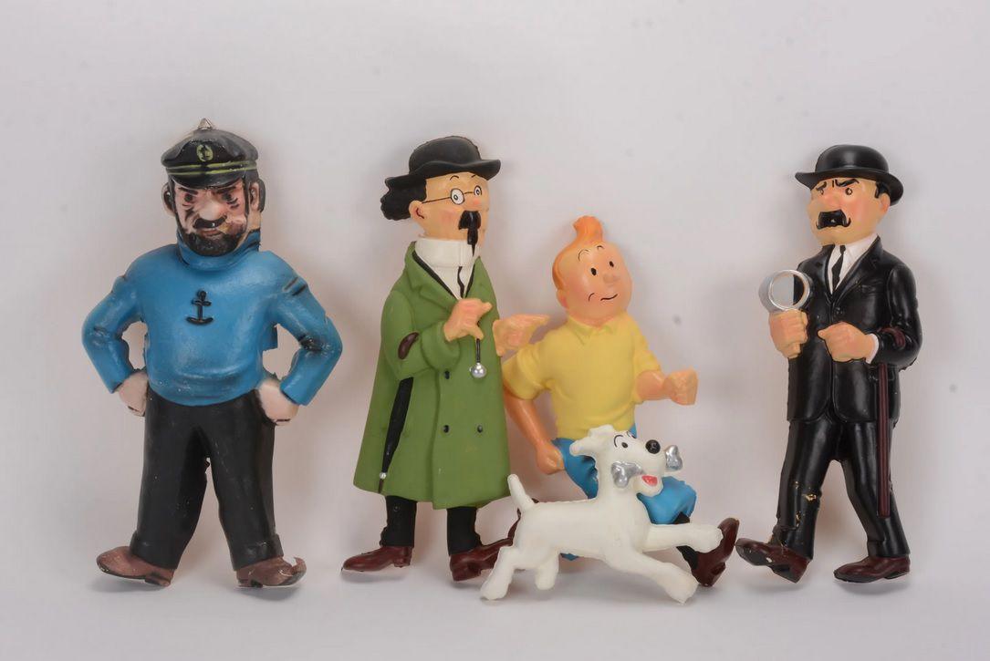 Lot n°172 - CESAR, Tintin, Milou, Haddock, Tournesol, Dupond (pied acc.), cinq bas-reliefs en plastique thermoformé, années 60