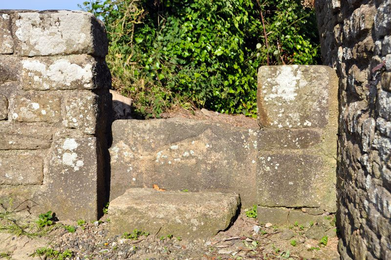 Les échaliers (écamets) points d'accès aux cimetières ou non