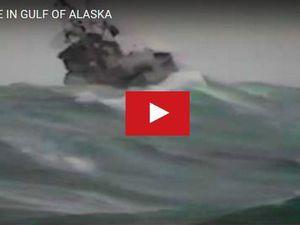 Vidéo - un chalutier se retourne, percuté par une déferlante dans le Golfe d'Alaska