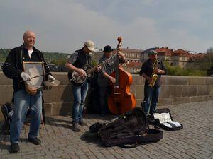 Nombreux artistes de rue s'installent chaque matin sur ce pont.