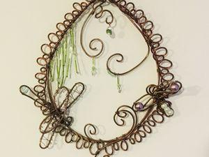 Environ 37 cm. Cuivre vieilli, torsadé. Perles variées. Libellules.