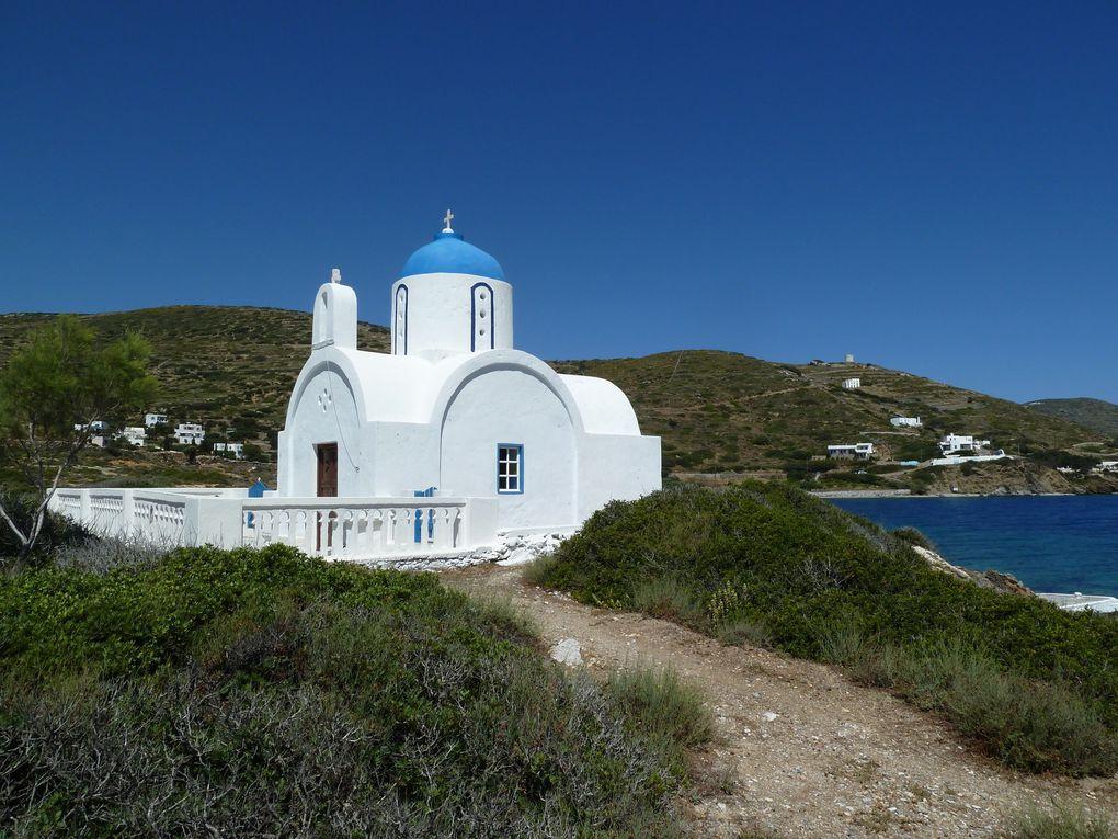 Tout au bout de la pointe l'église Agios Pandeleimonas, d'où on a une vue sur Katapola et les montagnes qui l'entourent.