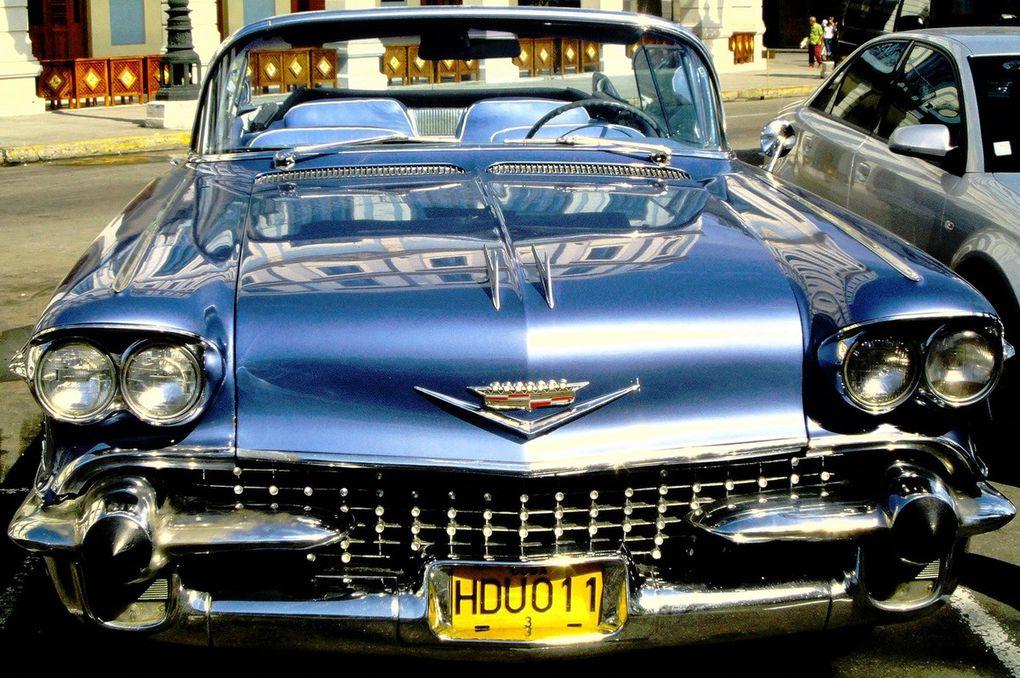 Falcon rustinées au mastic, Olsmobiles fanées, Plymouth bancales, Pontiac hyper chromées, elles sont toutes là et elles roulent, même si leurs banquettes sont très fatiguées !