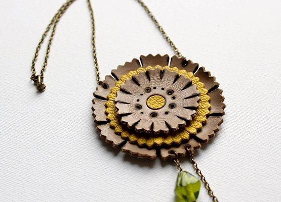 collier fleur en cuir
