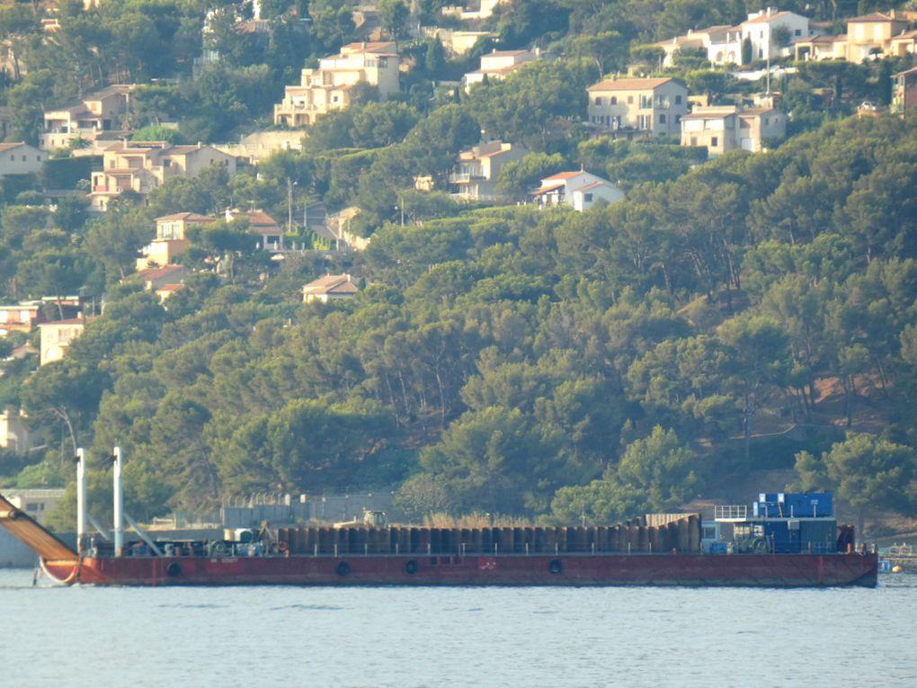 SISYPHE , MA935877 , barge pour travaux maritime en petite rade de Toulon le 03 septembre 2019