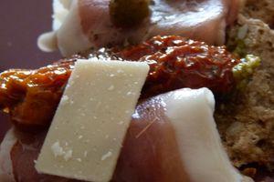 Bruschetta jambon de parme, tomates confites et copeaux de parmesan