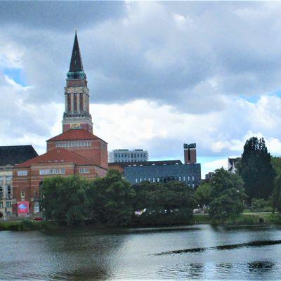Der mächtige Rathausturm von Kiel mit 106 m Höhe