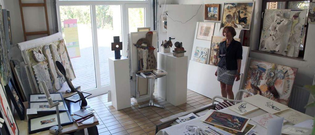 """Unerschöpflich scheint die Schaffenskraft der 72jährigen Sophie Brandes zu sein.   Davon konnten sich auch die vielen Besucher vor allem am Sonntag überzeugen, die bass erstaunt waren, über die unendliche Fülle von Kunstobjekten, die alle Räume ihres Hauses in der Unteren Maingasse 25 auf einer Wohnfläche von 120 Quadratmeter mehr oder weniger vollständig ausfüllen, wie man selbstredend aus den Fotos sehen kann. Selbst die Garage hat die Künstlerin zum Ausstellungsraum umfunktioniert.   Die Malerin, Buch-Illustratorin und Objektkünstlerin, die seit 1988 einen Wohnsitz auf Mallorca unterhält, hatte 2003 das Haus in der Unteren Maingasse erworben. Erstmals öffnete sie es nun für die breite Öffentlichkeit. Selbst das Treppenhaus ist gefüllt mit ihrer Objektkunst. Auf den ersten beiden Fotos präsentiert Sophie Brandes ihre neuesten Kreationen, die gegenständlichen """"Weinberg-Herbstblätter"""" und das den Makro-Mikro-Kosmos des menschlichen Lebens symbolisierende Werk """"Zelluar""""."""