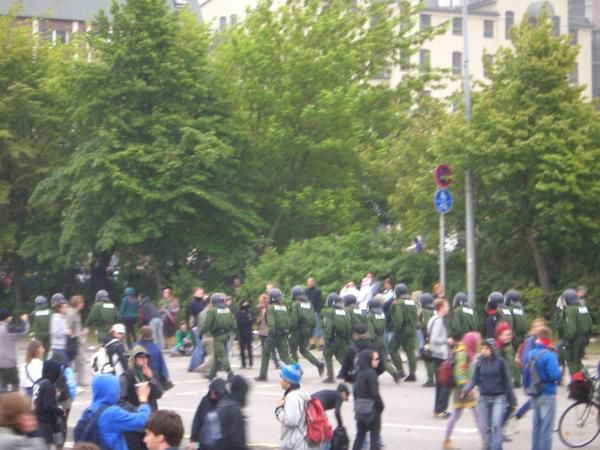 """<br /><br /><br /><span style=""""font-style: italic;"""">Pour d'autres photos, sur l'occupation du bombodrome, sur la manifestation du lundi<br />pour la libert&eacute; de mouvement et contre les politiques inhumaines envers les <br />migrant-e-s, et sur le bloquage de la porte ouest menant &agrave; Heiligendamm, <br />voir le site de coll&egrave;gues :</span><br style=""""font-style: italic;"""" /><a style=""""font-style: italic;"""" href=""""http://lairederien.net/spip.php?rubrique59"""">http://lairederien.net/spip."""