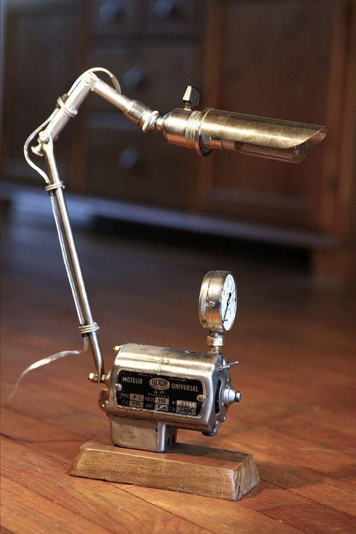 J'utilise d'anciens moteurs, nettoyés et décapés, comme support pour fixer une petite lampe. Avec pour résultat une lampe au design très indus et souvent très particulier.
