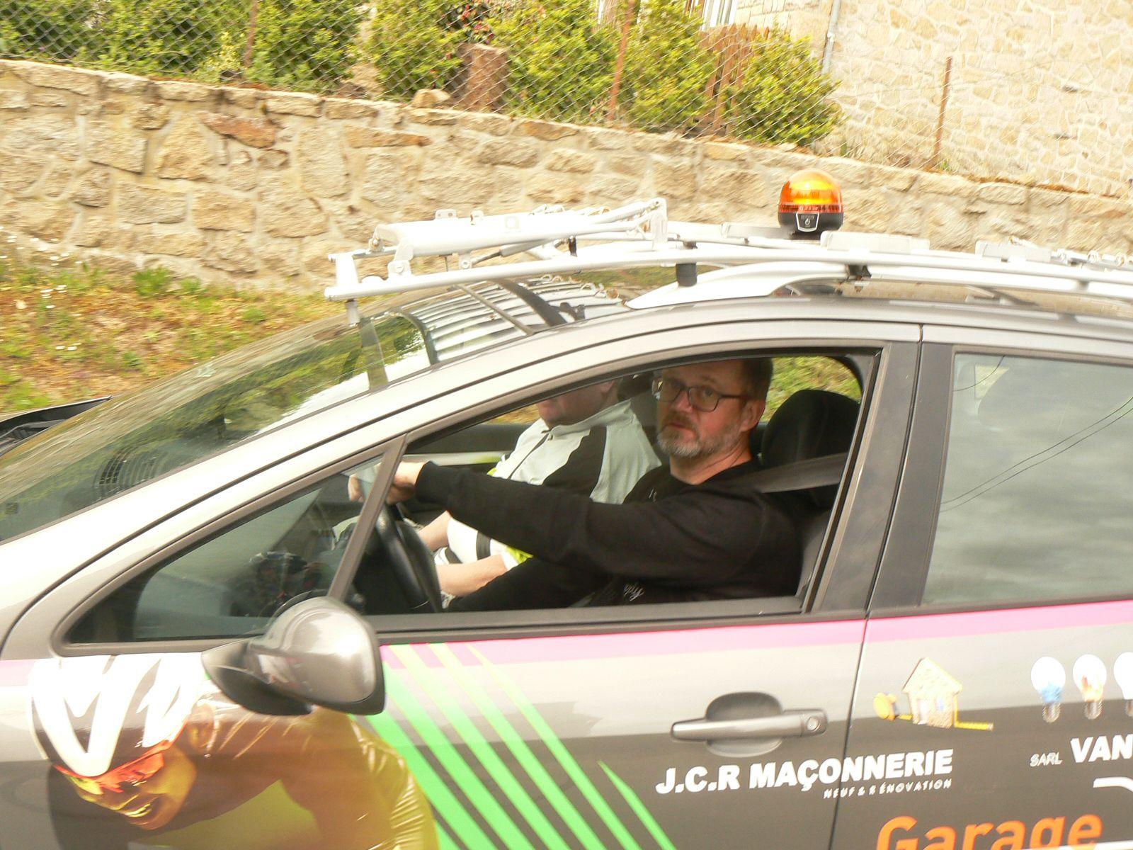 Patrice LEBRAS au volant de notre voiture suiveuse.