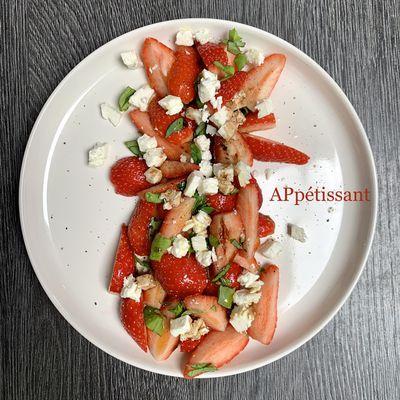 Salade de fraises, fêta et basilic