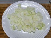1 - Mettre votre four à préchauffer th 6. Peler et émincer les champignons et les oignons. Ciseler la coriandre et la citronnelle. Découper les 2 sortes de fromage en dés. Eplucher et couper les crevettes roses en petits morceaux.