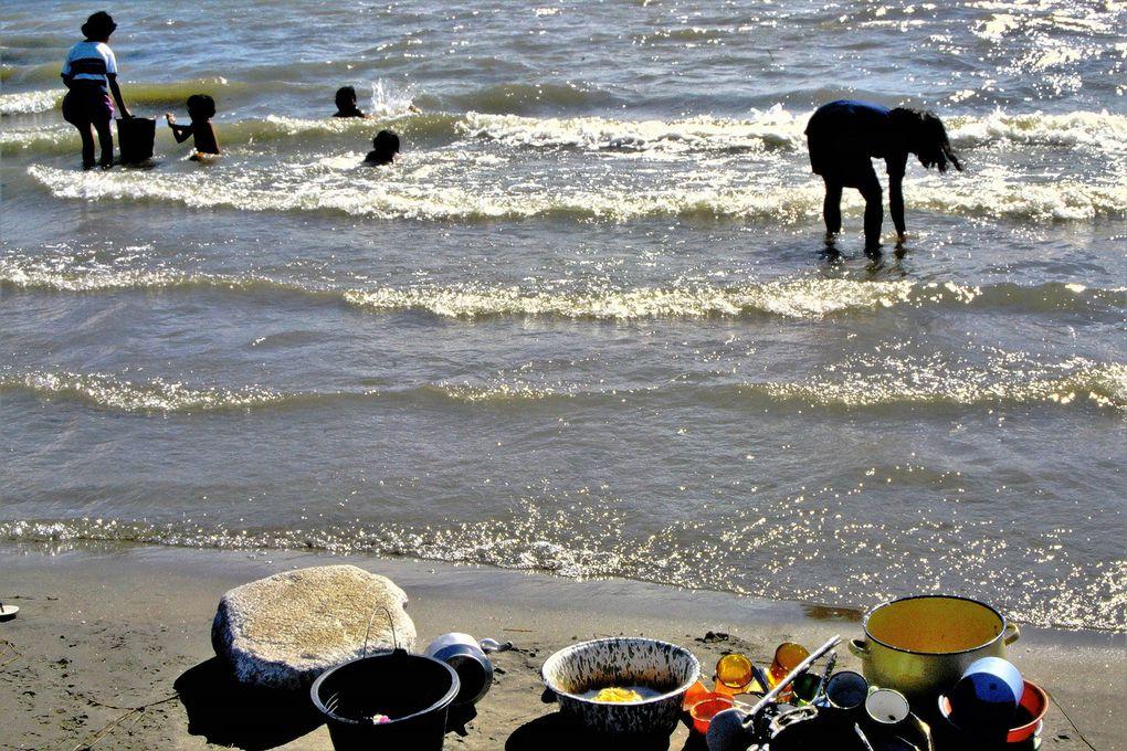 Quand la famille Batak a fini de dîner - le plus souvent de poisson et de riz -, au bord du lac Toba ( 100 km de long, au milieu de l'île de Sumatra, la fille aînée va faire la vaisselle.