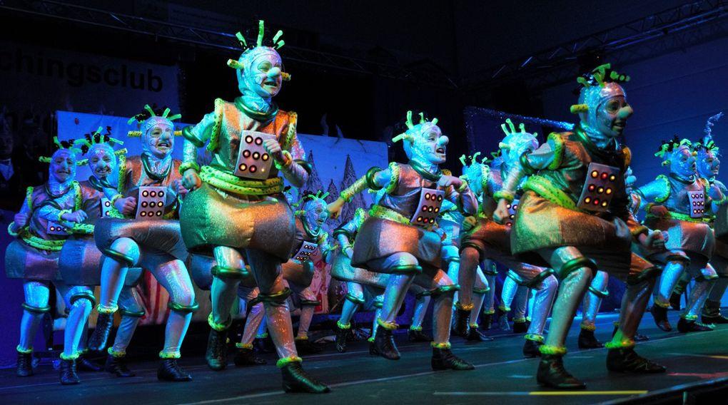 """Einen besonderen Augenschmaus servierten die 24 Girls der Deutschen Schautanz-Meistergarde der Jahre 2015 und 2016 aus Lauda, die unter dem Titel """"Zwei Millionen Jahre"""" als UFOs auf der Erde landeten und mit einer Polonaise auf der Bühne  den Fasching erlebten."""