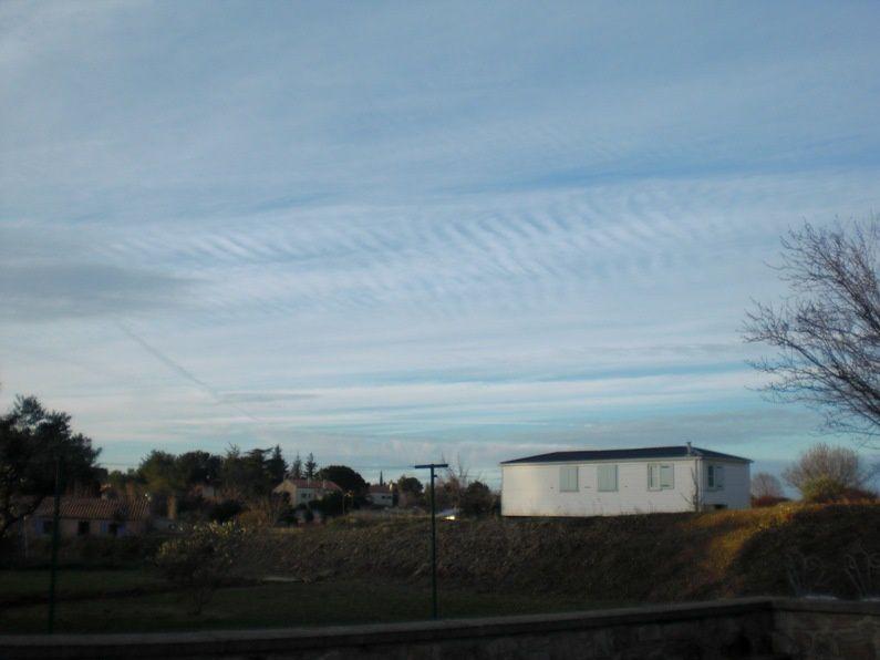 Exemples de nuages anthropiques, variations d'aspect d'une aviocorde au fil des heures et des jours. Une aviocorde est un nuage en longueur qui apparait au dessous des trainées de condensation laissées par les avions.